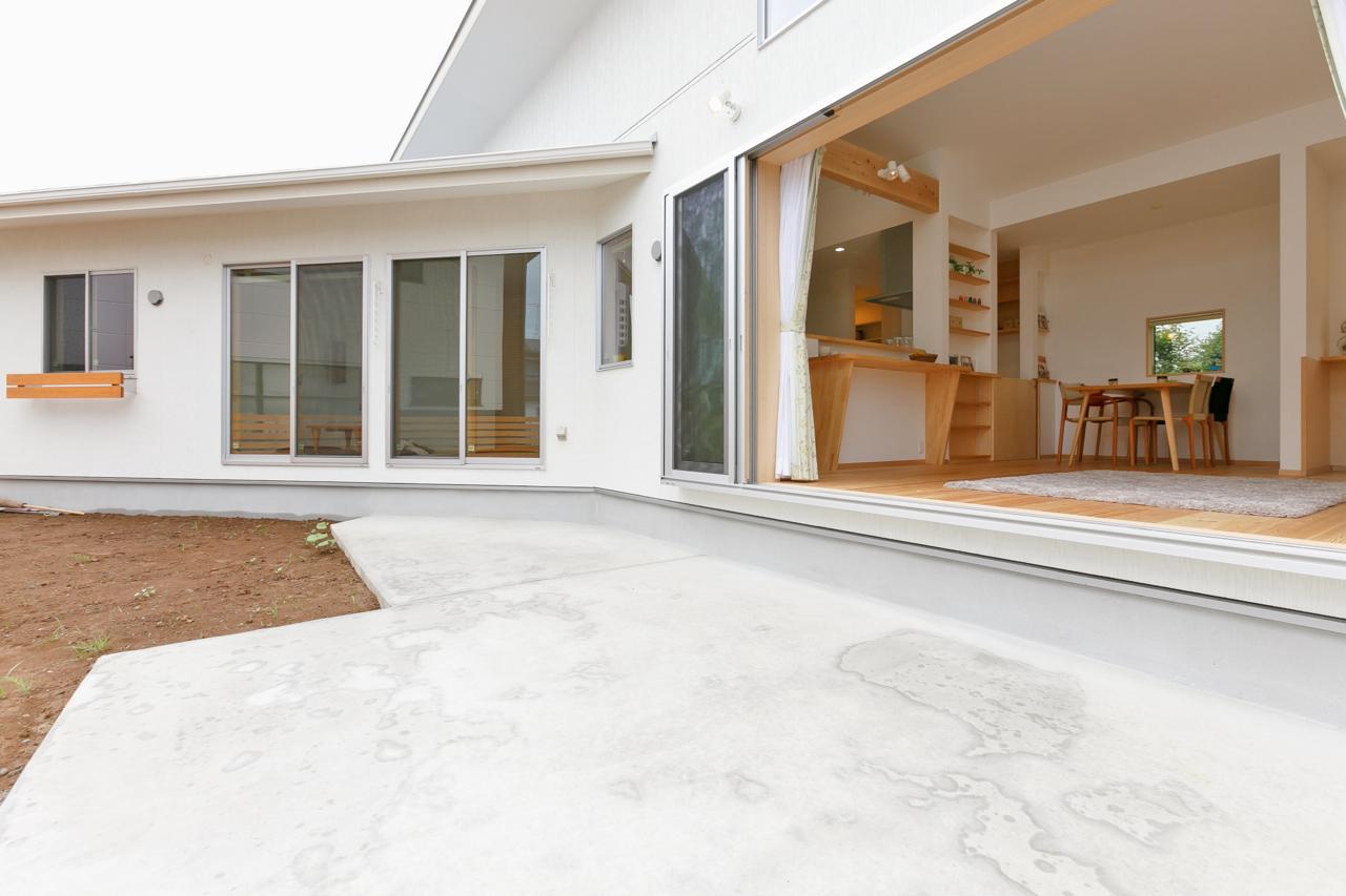 ペットと暮らす家の建築実例:庭につながるリビングのテラス