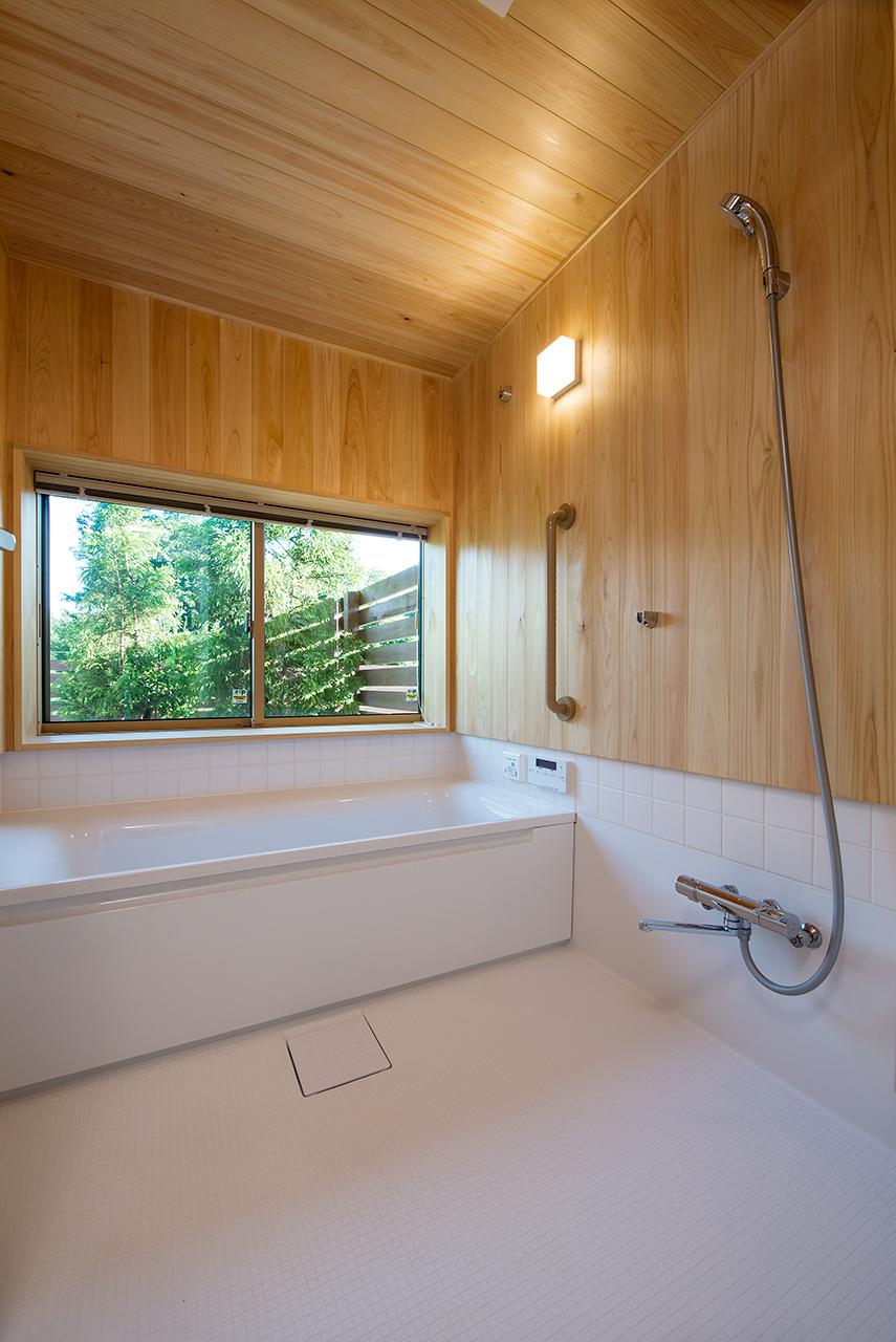 ひのき香る浴室。窓を開けて半露天風呂にも