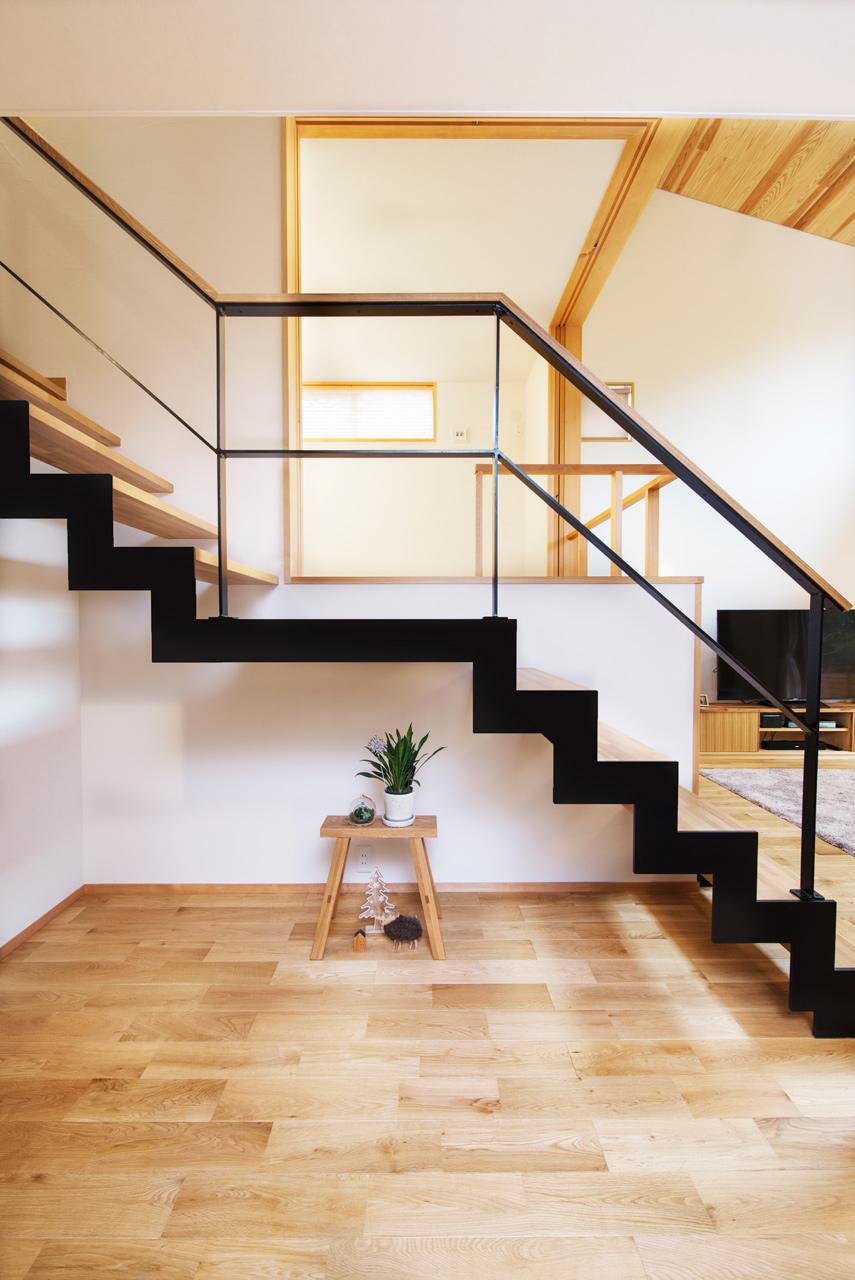 アイアンのスケルトン階段がアクセントに