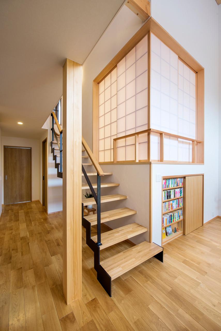 階段横には家族みんなで使える造り付け書棚