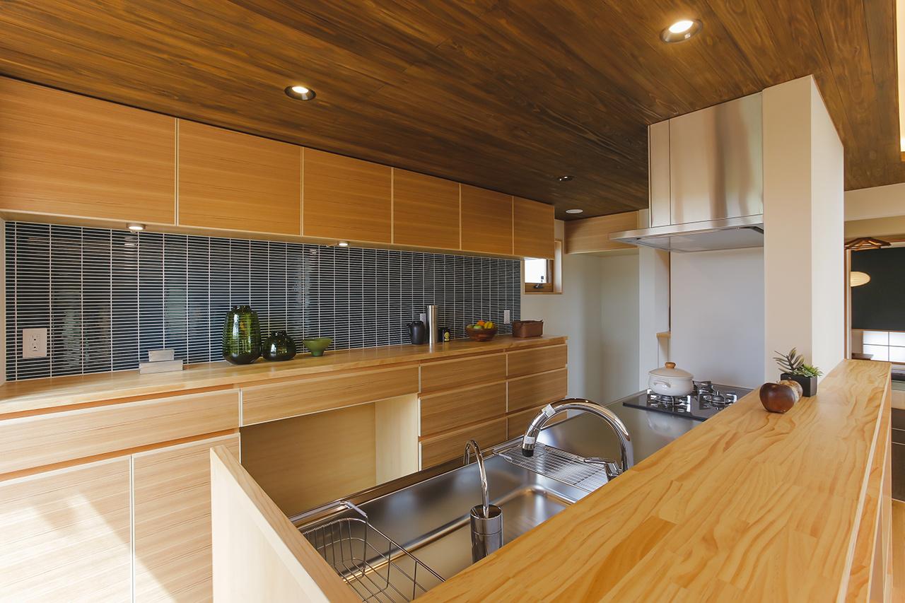 濃紺のタイルでスタイリッシュなキッチン