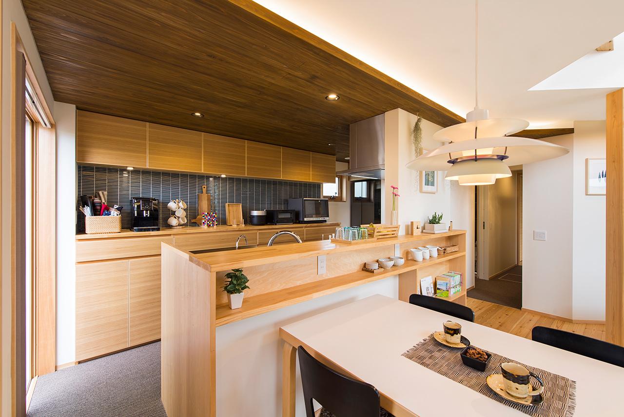 対面式の背面収納も充実させたキッチン