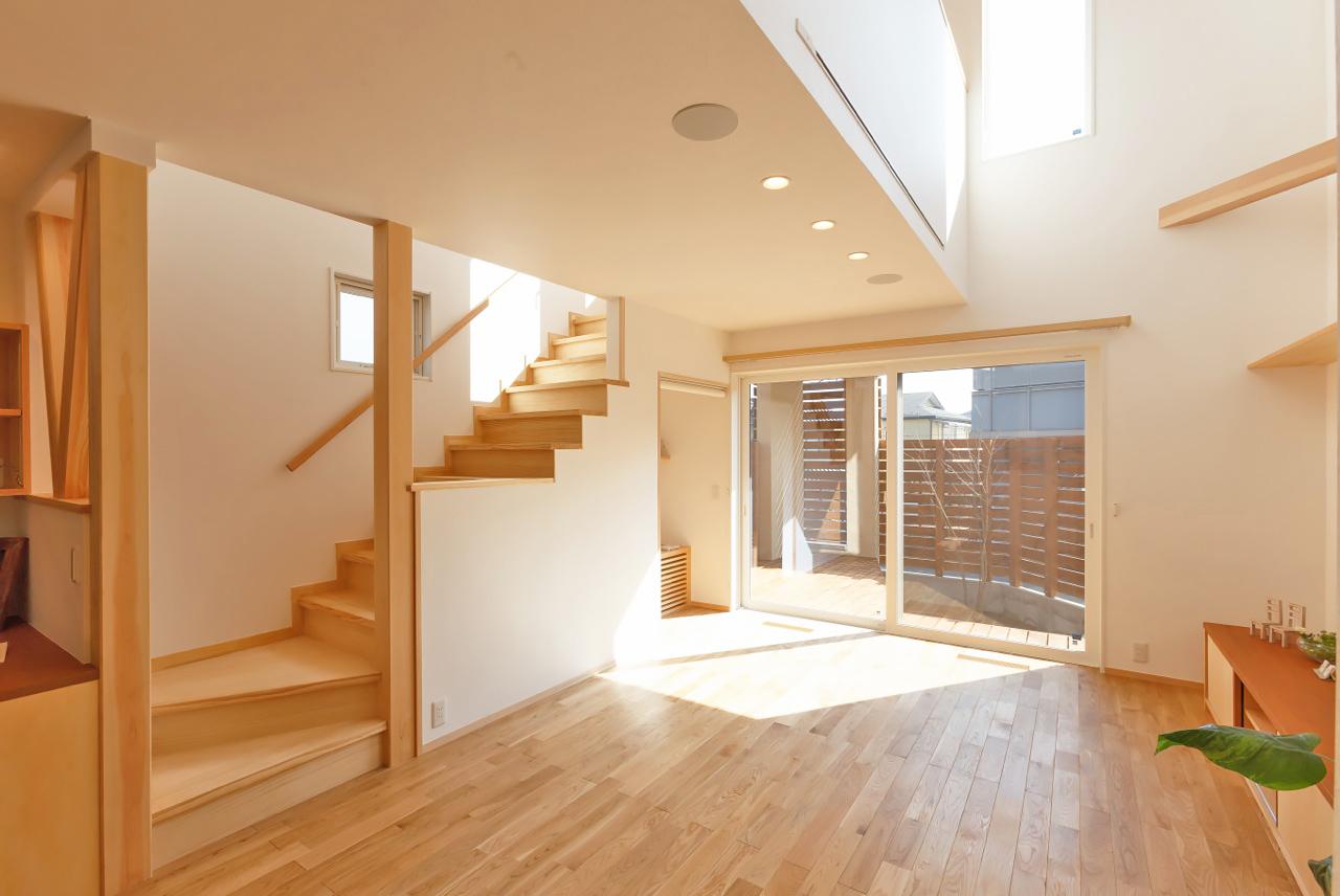 ウッドデッキと吹抜けで開放感たっぷりの明るい室内