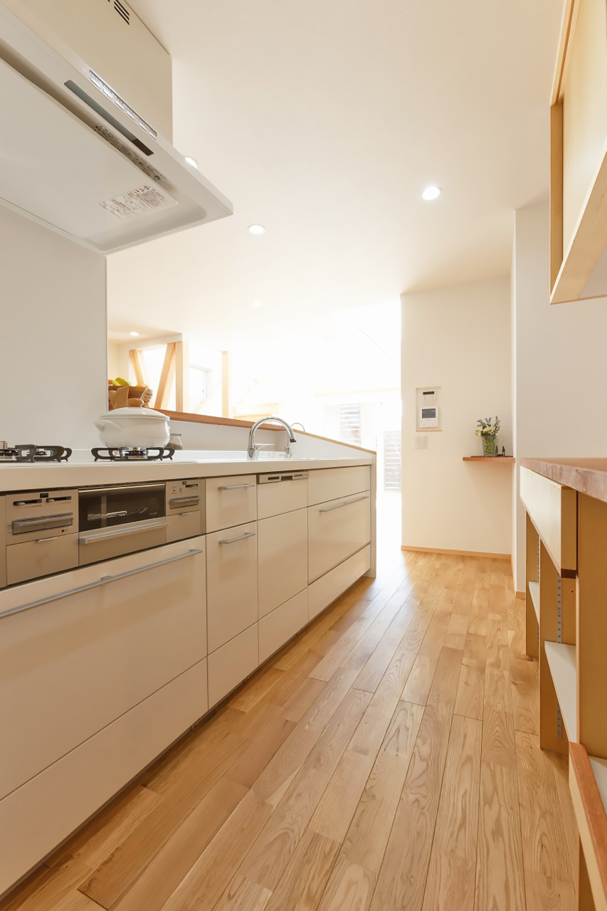 ホワイトで清潔感あるキッチン