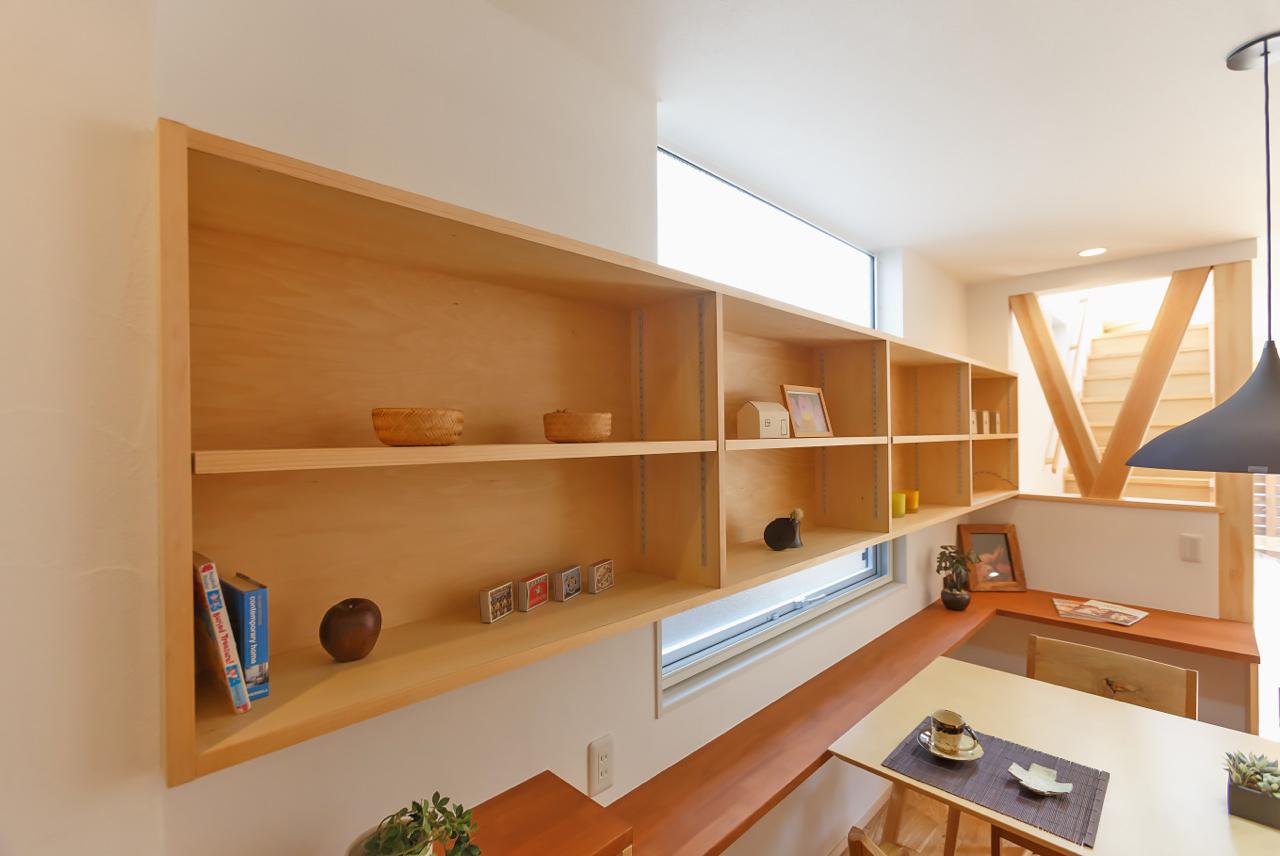 本や小物がたっぷり収納できるウッディな棚