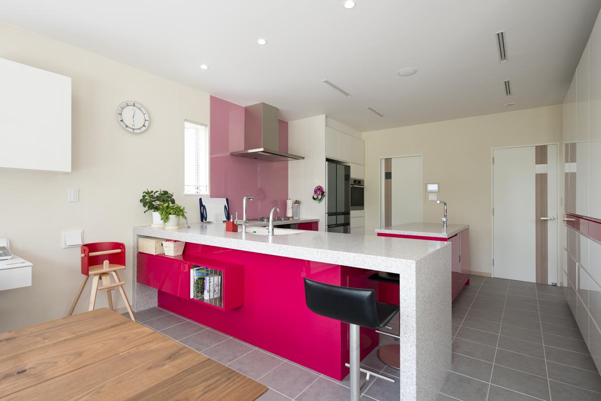 ピンクを基調とした明るいキッチン
