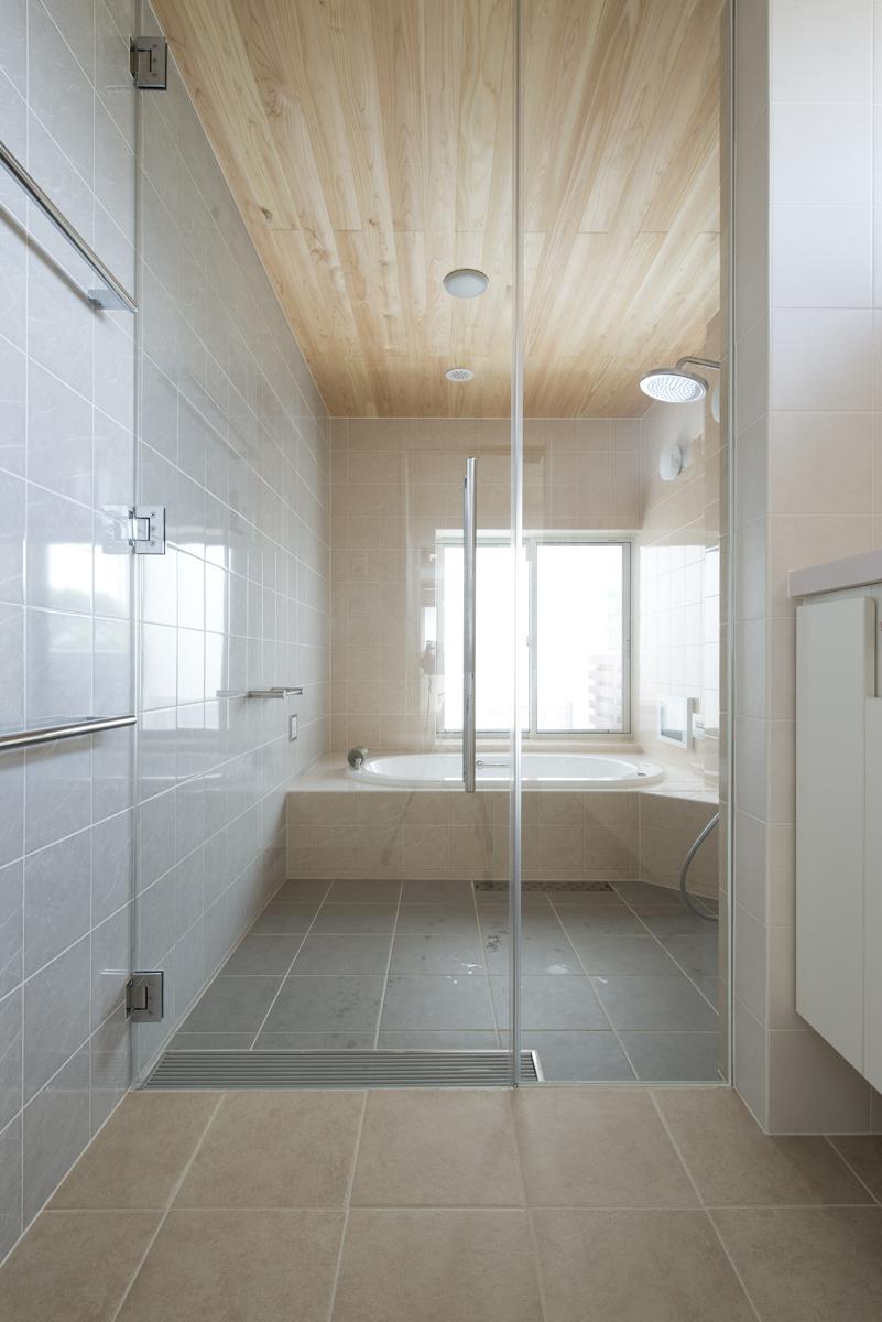 ガラス貼りが美しい広がり感を演出するバスルーム