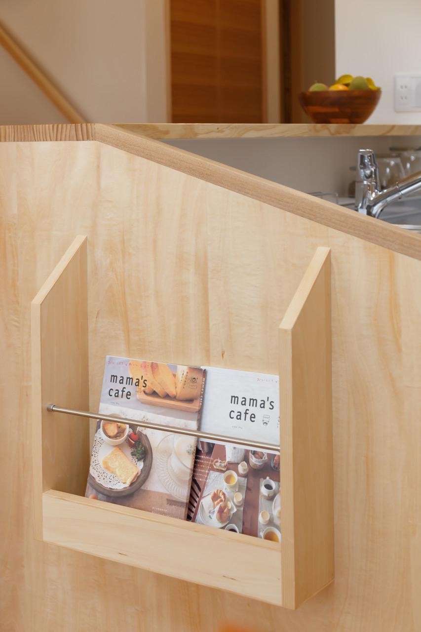 キッチン脇の造り付けブックシェルフ