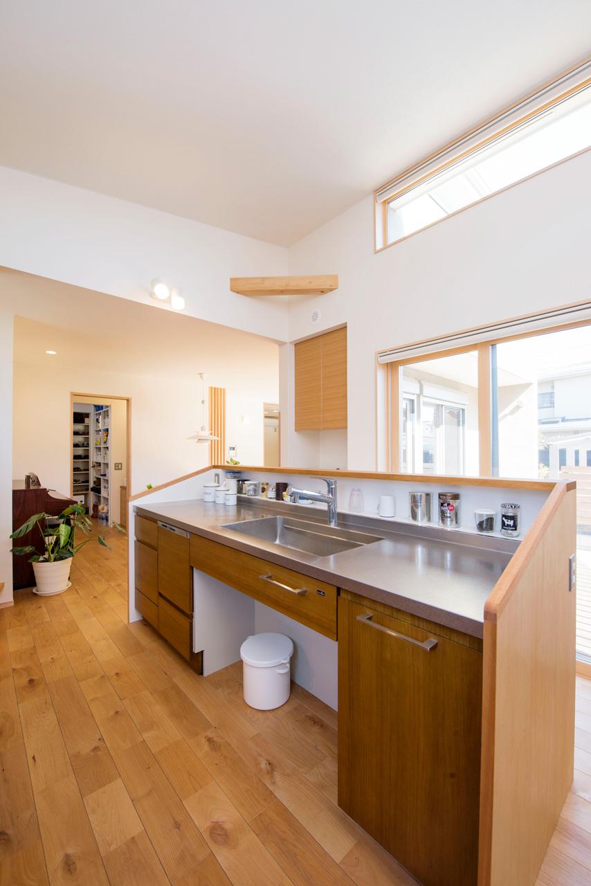高い天井から朝陽のきもちいい回遊性のあるキッチン