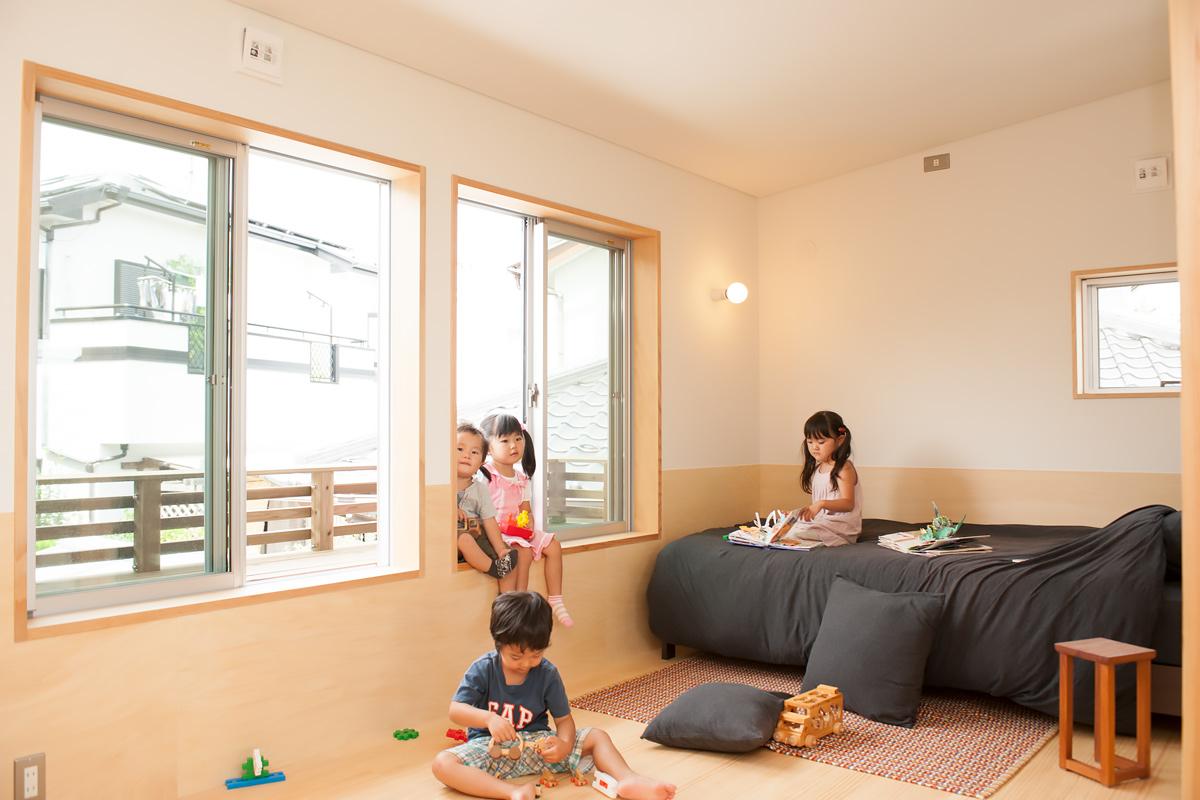 子ども部屋の窓側に設置した持ち出しベンチは、座ることもでき、楽しいスペースに