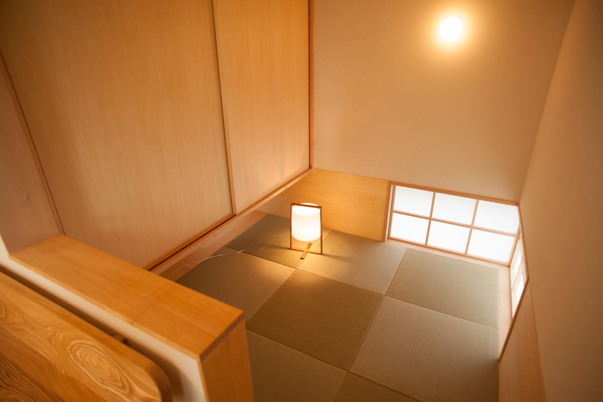 リビングから一段降りる和室は、琉球畳で素敵に