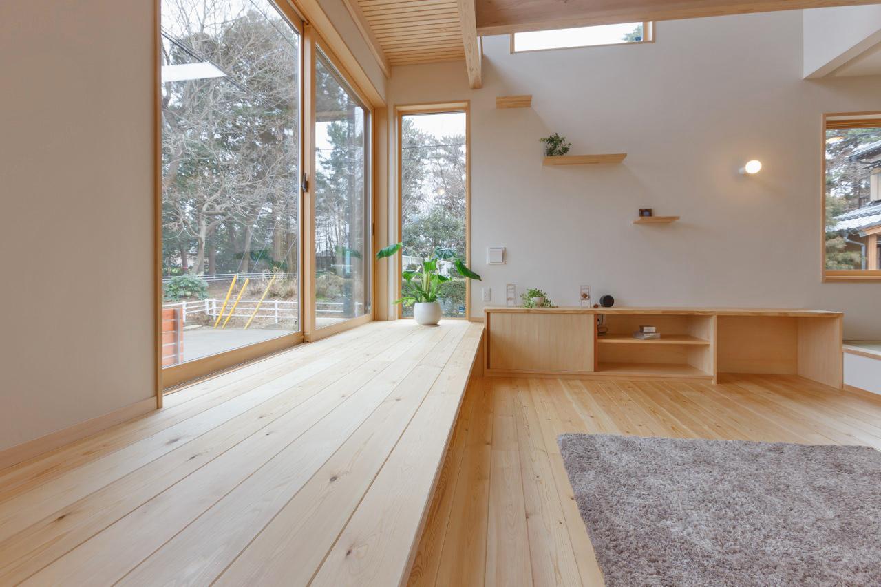 明るい室内は外の景色も楽しめる空間