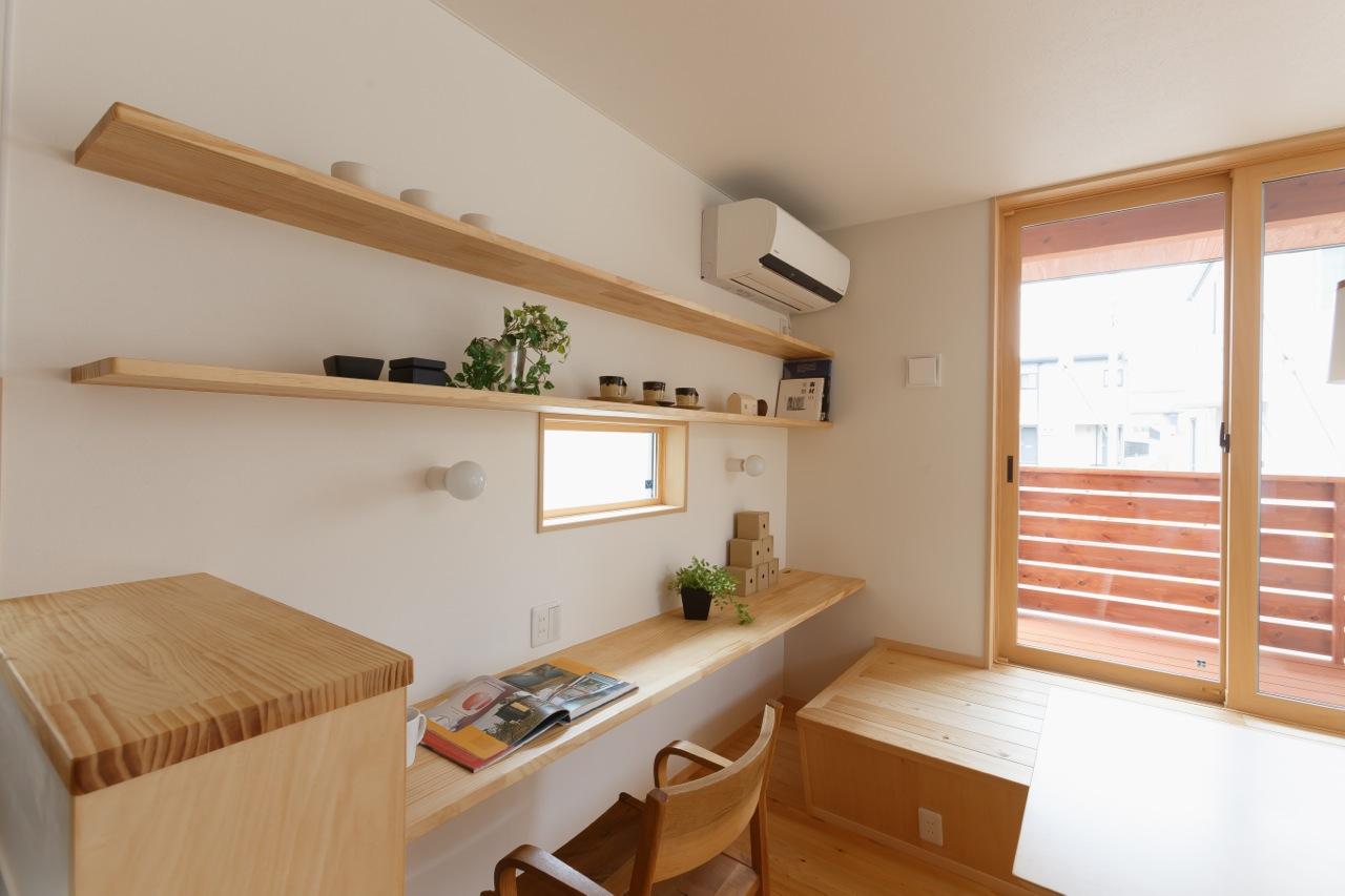 プライベートスペースには飾り棚で便利に