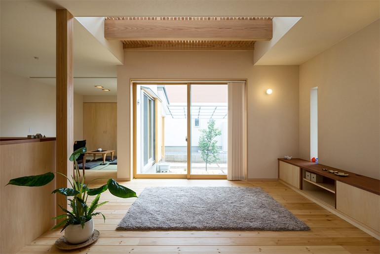 テイストを揃えた造り付け家具でシンプルにまとめられたリビング