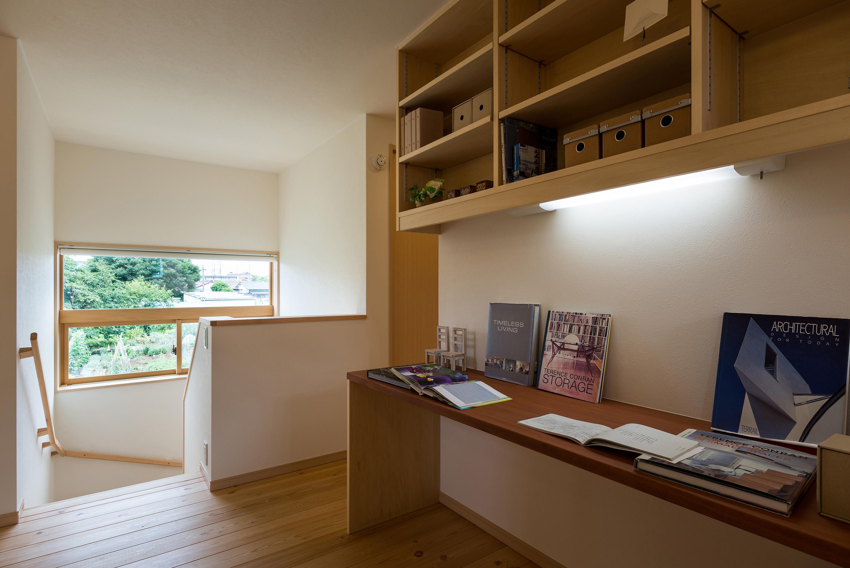 造り付けのデスクと本棚を設えたファミリーコーナーからは息抜きに借景が楽しめる