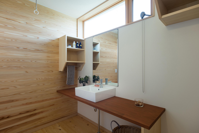 一面杉を張った洗面室は空気の肌触りもさわやか