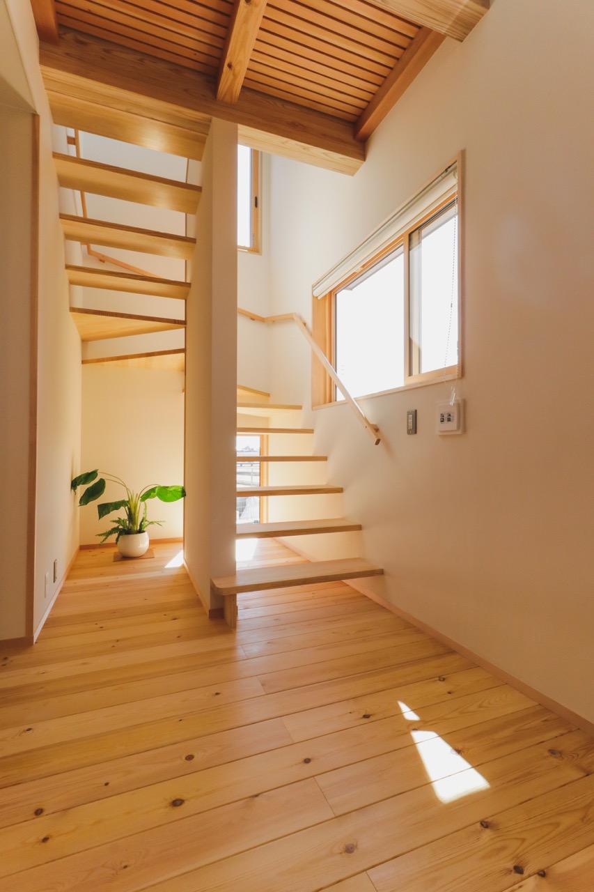 風や光が抜けるオープン階段