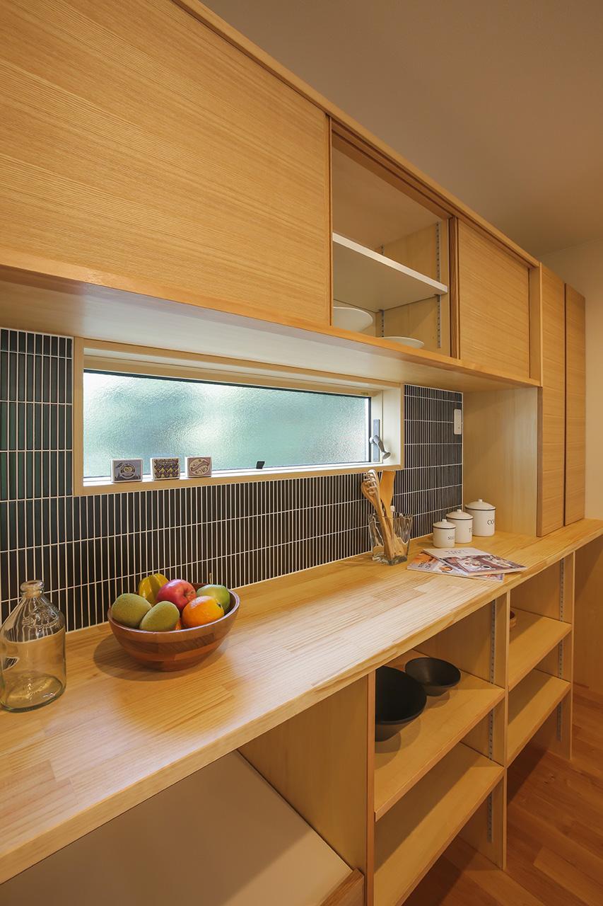 タイル使いが素敵なキッチン背面の作業台&オープン収納