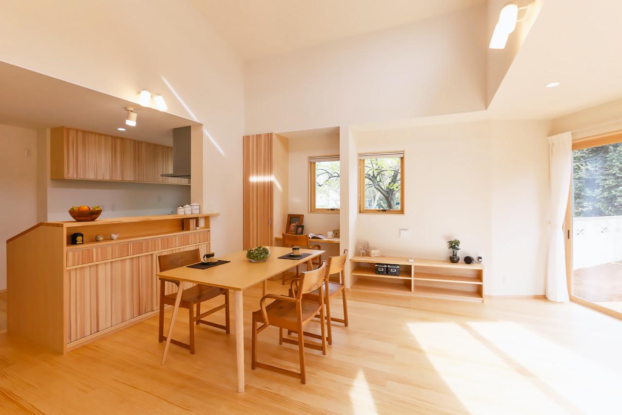 造り付け造作家具や窓の配置に工夫