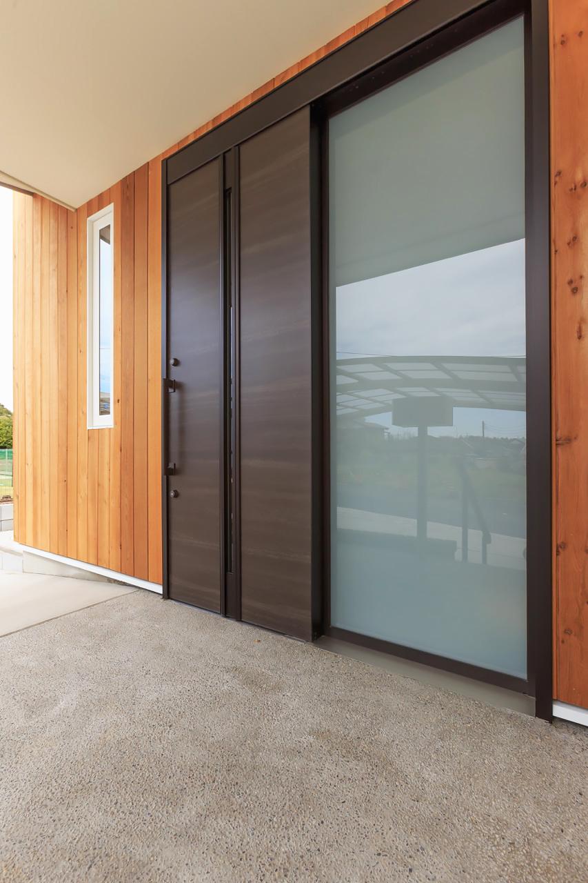 出入りしやすいゆったりとした引き戸の玄関