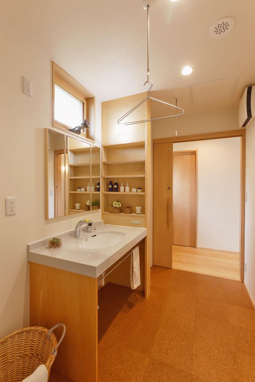 余裕ある広さの洗面室はコルクの床で足裏に優しい