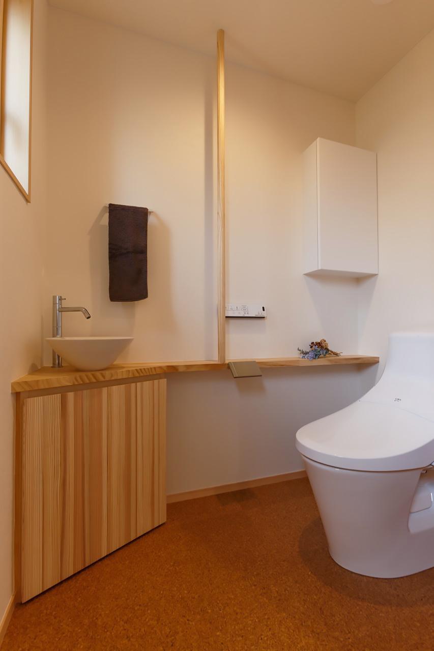 空間を有効利用したデザインのトイレ&手洗い