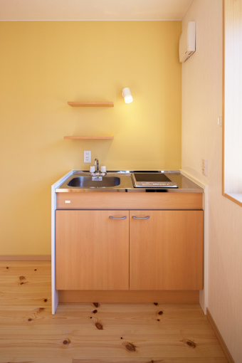 寝室にミニキッチンがあると、ちょっとした調理や温めができ便利です。