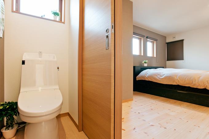 寝室からもトイレに入れると夜中でも行きやすく、ワンアクションが減ります。