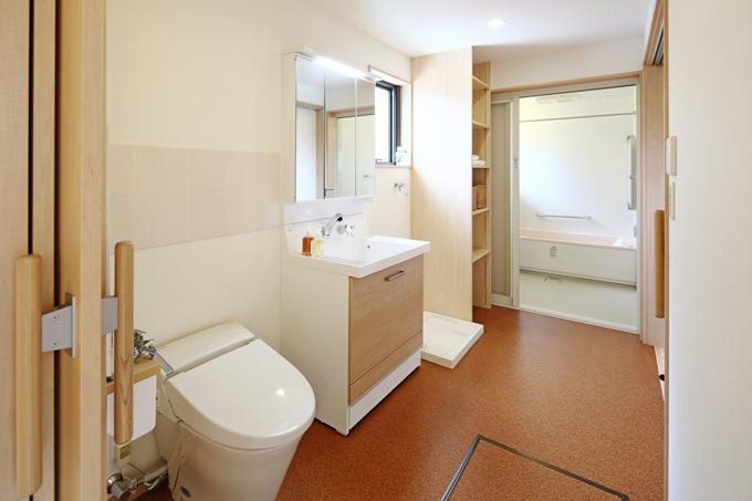 車イスでも楽々行き来できる広めのオールインワン洗面室。床もお掃除しやすいコルクフロアーです。