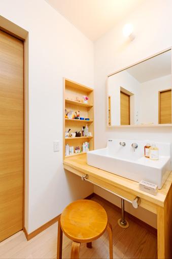 足元がオープンな洗面台は座ってお化粧もでき、湿気もこもりません。