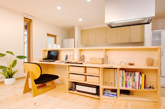 キッチンの反対側には対話もできるPCコーナー&収納コーナー。