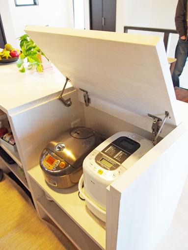 お持ちの電子レンジや家電の寸法に合わせて、引き出せたり、収納したり。使い勝手の良い食器棚やキッチン収納も思い通りに作れます。