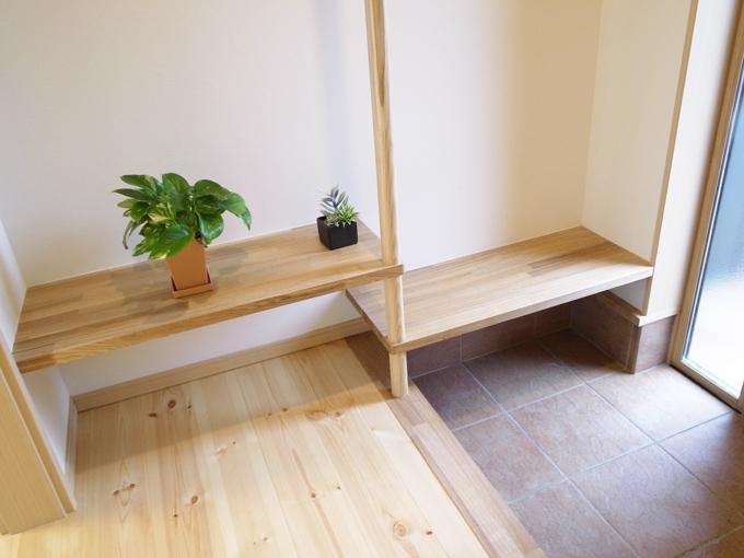 玄関のベンチは座るだけでなく、カバンや買い物を仮置きするにも便利です。