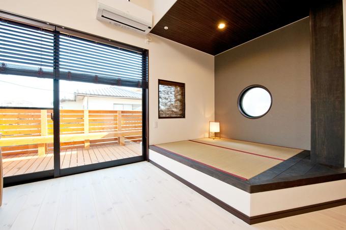 リビングの一角に小さな畳コーナがあるだけで空間にメリハリを与えます。
