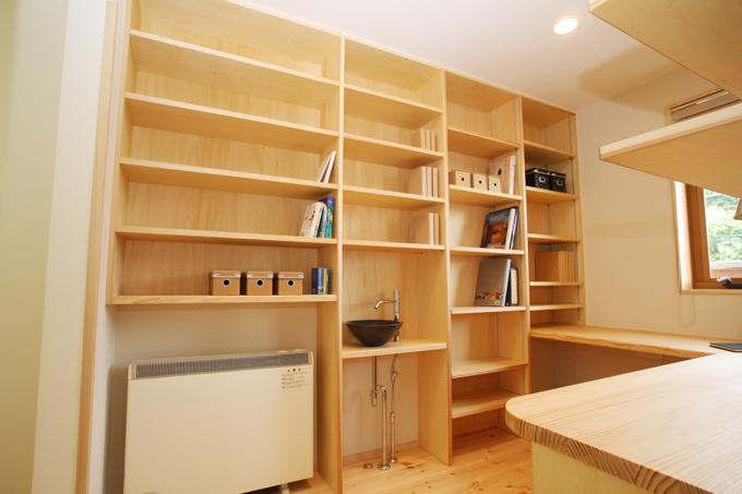 書斎の本棚には蓄熱暖房機や手洗いコーナーを埋め込んで、快適空間へ。