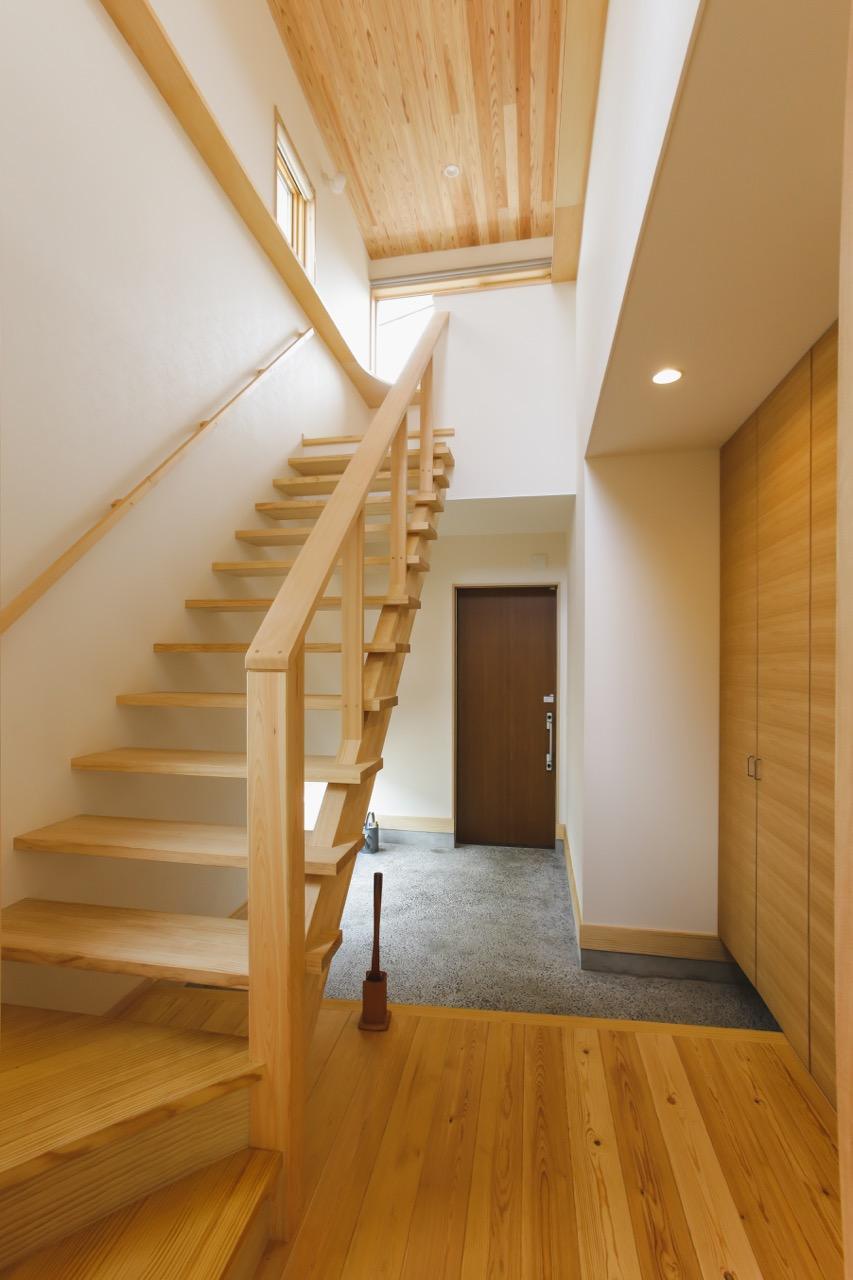 オープン階段が空間に開放感をもたらし上下を繋げてくれます