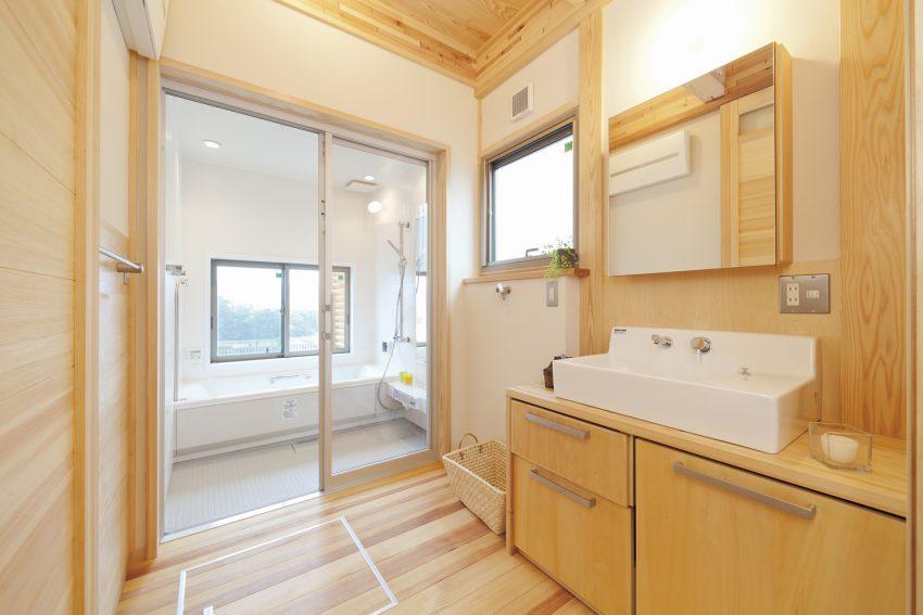 洗面台と鏡を横長に確保して2人でも同時に使える工夫をした建築実例
