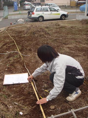 当社の敷地調査の様子:まずは土地の大きさを実測