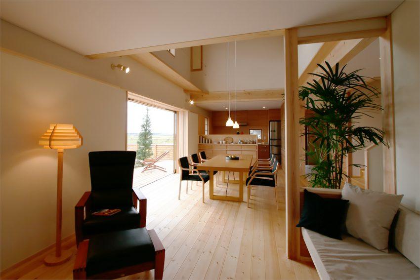 木の家のモデルハウスの内観:木の質感が実感できる空間づくりがされている
