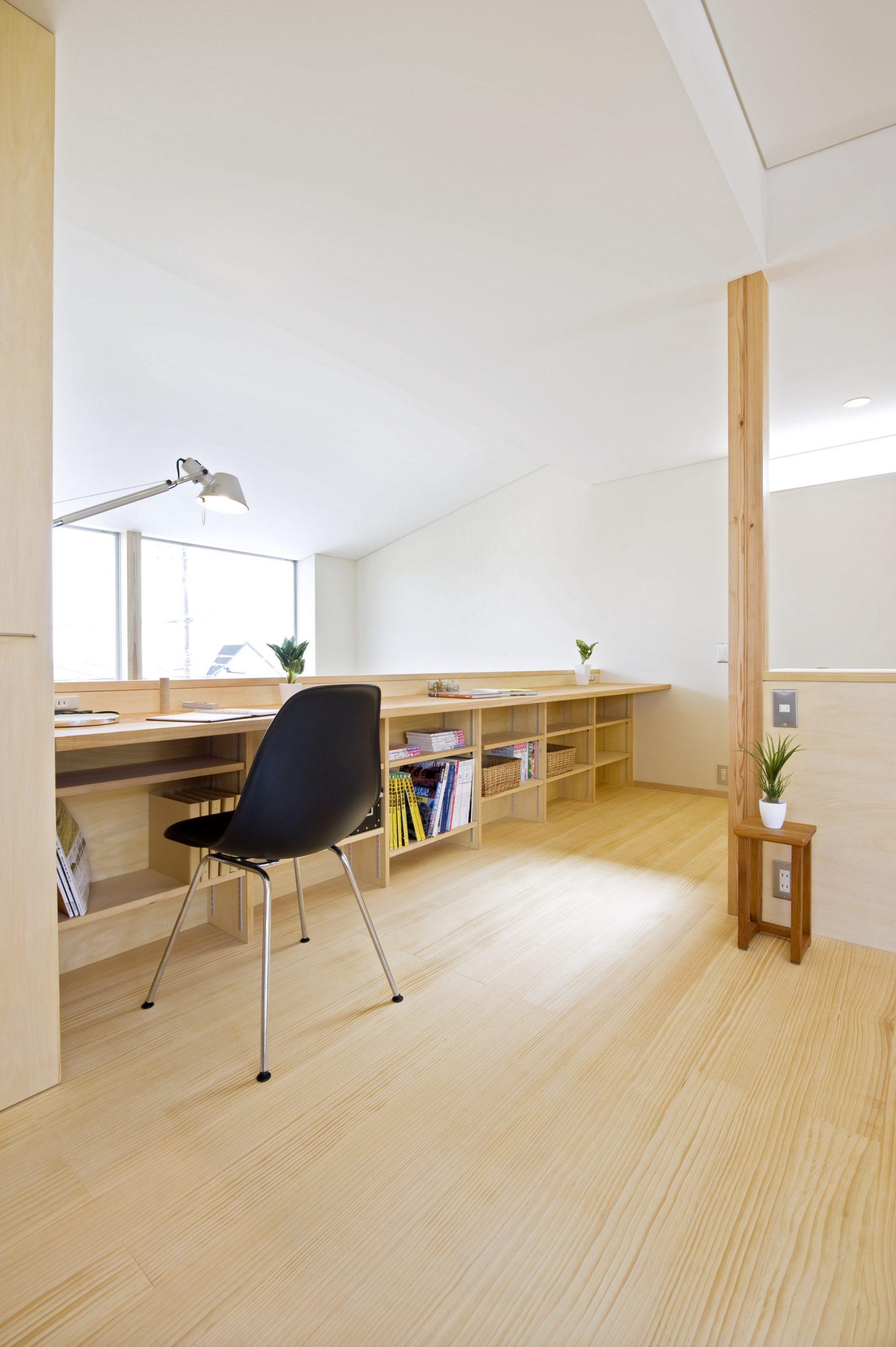 自然素材の家の内観:漆喰の壁と天井が心地よい