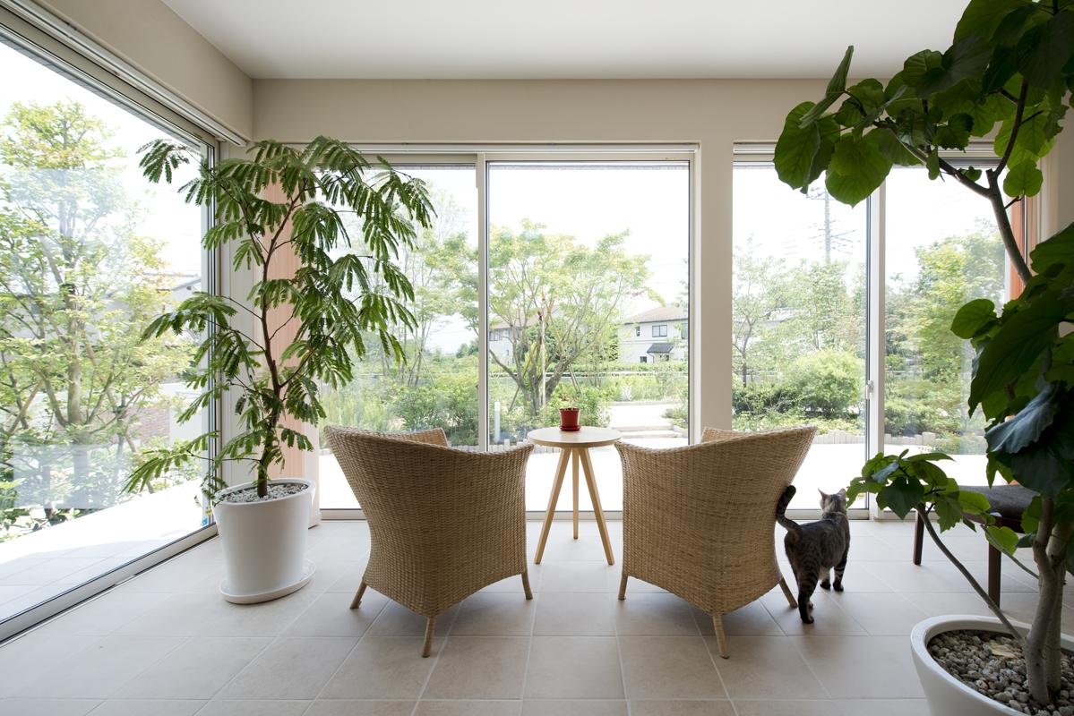 4LDK平屋の家づくりの広々としたリビング、中庭やテラスのある家のリビングからの眺め:ガラス張りの窓で開放的でくつろぎの時間を