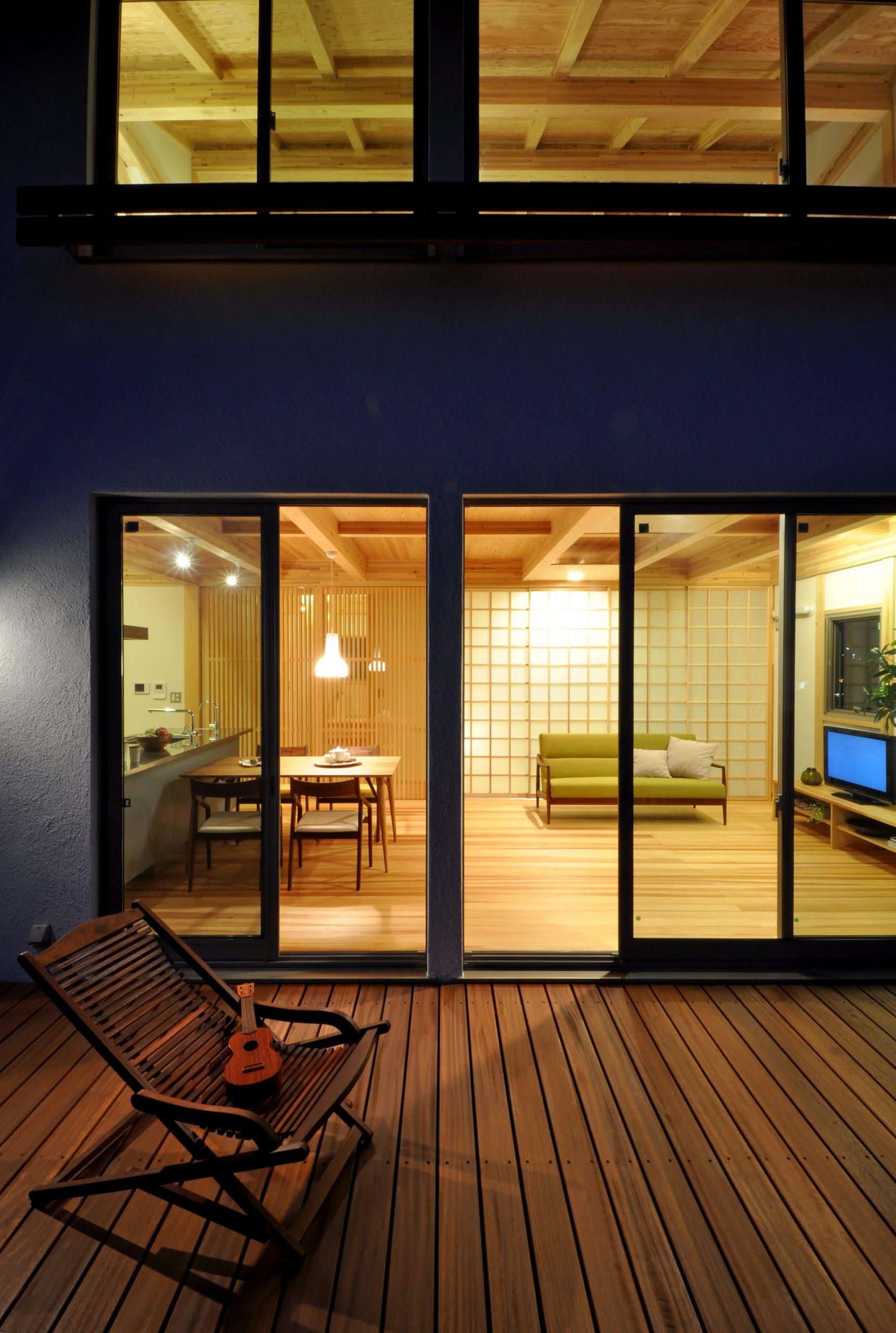 二世帯住宅の建築実例:シンプルな外観、夜景も雰囲気があります