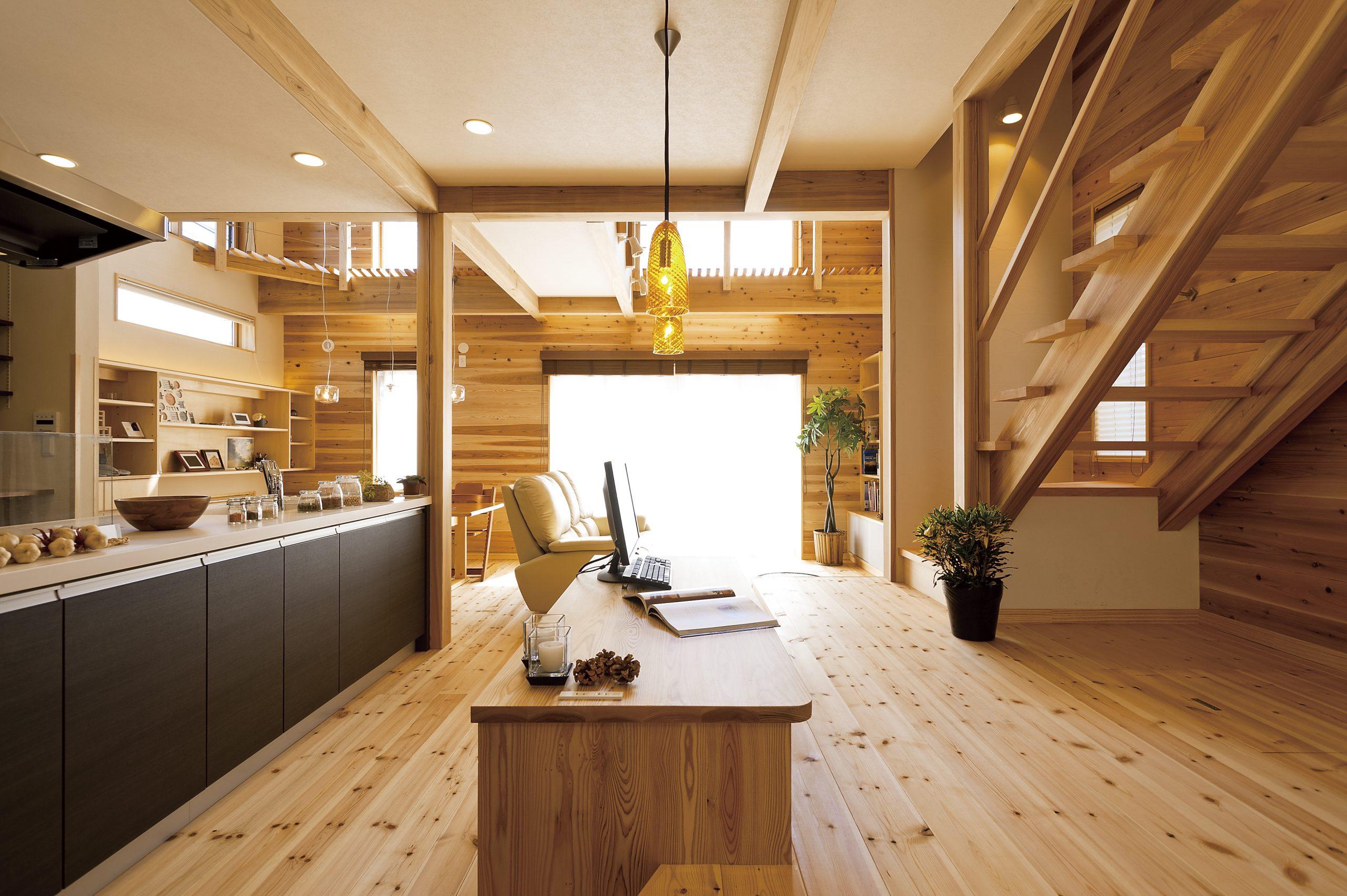 自然素材の家づくりを注文住宅で実現した建築実例:無垢材、珪藻土で健康で快適な居住空間