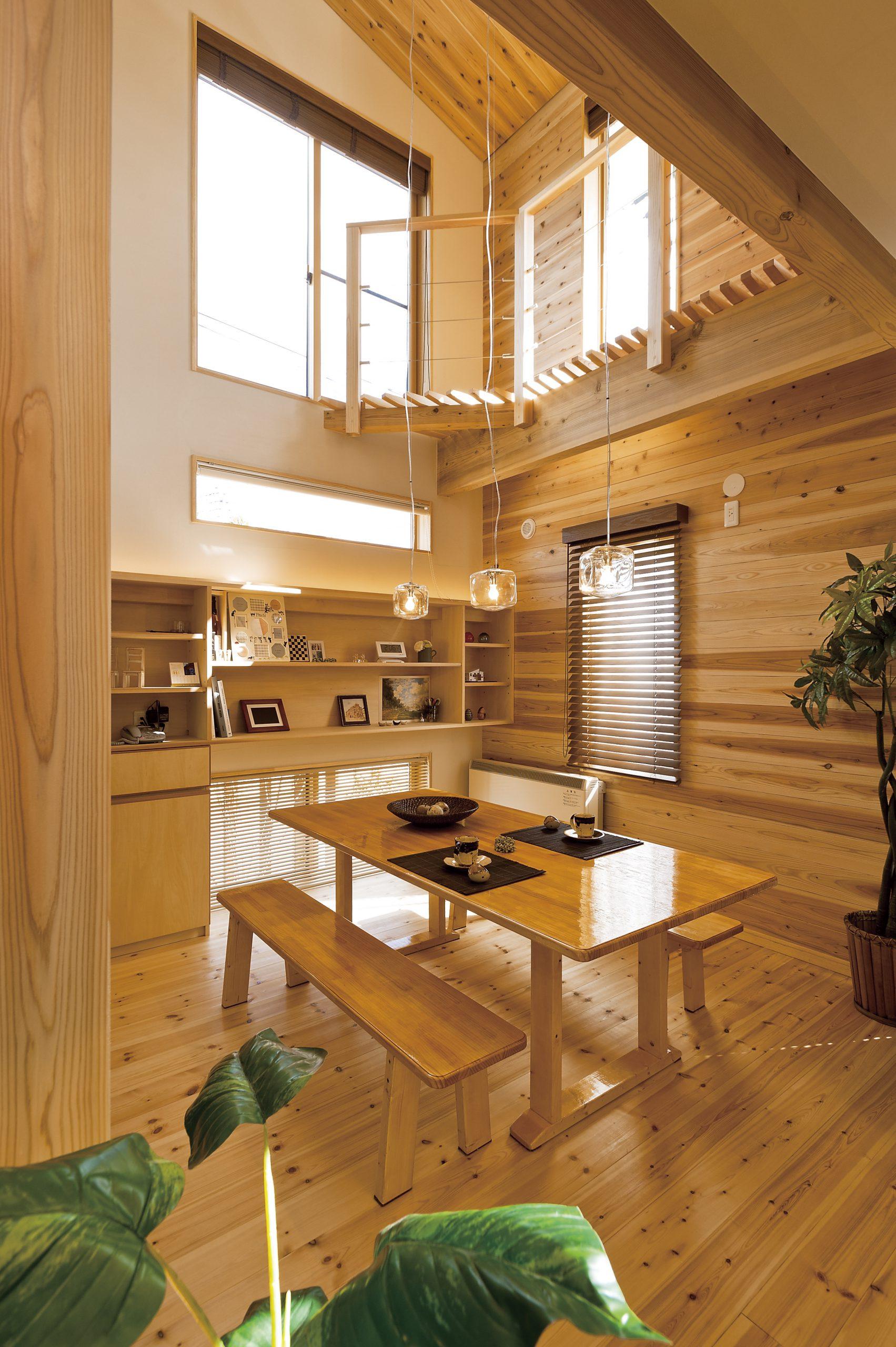 自然素材の家のLDKの建築実例:床、壁材も無垢材でナチュラルに