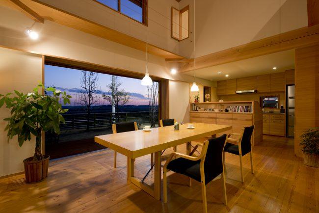 地域密着型の工務店の木の家のモデルハウスのリビングの建築実例