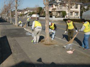 二世帯住宅を建てる工務店を選ぶ際には地域への配慮も重要(清掃風景)
