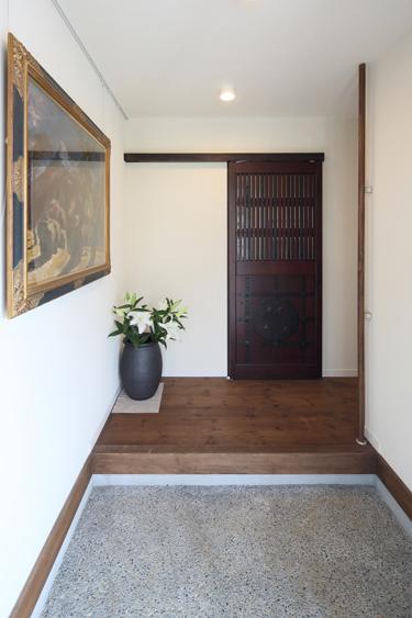 和モダンな家の建築実例(玄関:古き良きものと調和する家)