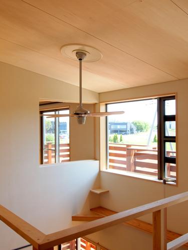 郊外に建つ薪ストーブの家(シーリングファンで暖気を循環させる仕組み)