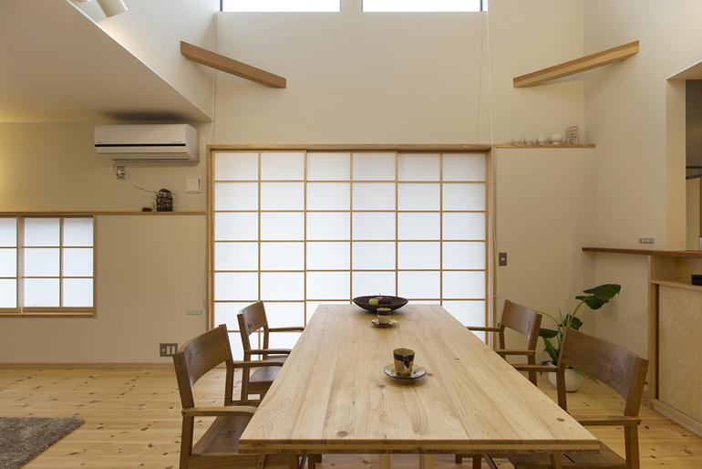 薪ストーブと太陽の暖かさに包まれる家