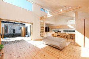 千葉のおしゃれな平屋の建築実例 光と風の通る開放的なリビング